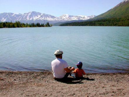 čovek i dete na obali jezera free